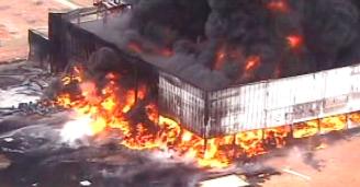 2jan2013---um-incendio-atinge-um-galpao-de-oleo-na-manha-desta-quarta-feira-2-na-zona-oeste-do-rio-de-janeiro-uma-grande-coluna-negra-de-fumaca-so